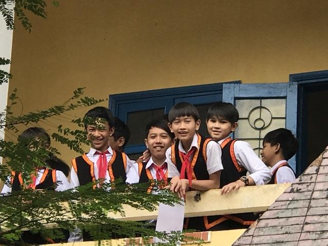 Sự phối hợp giữa trang phục dân tộc với bộ quần tây, áo trắng làm cho học sinh nam trở nên nổi bật, khỏe khoắn hơn