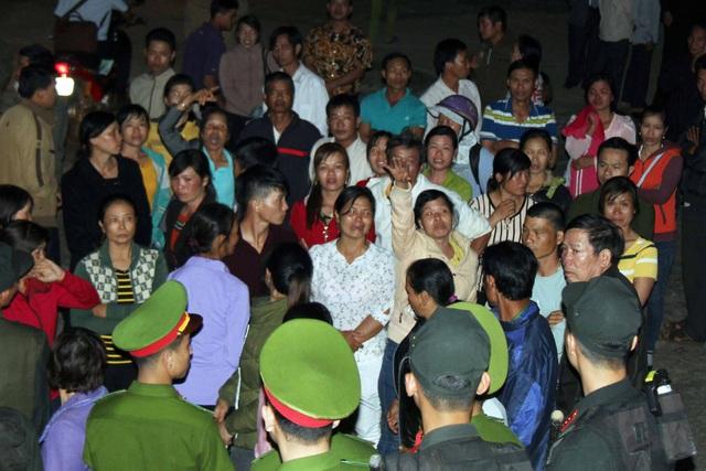 Hàng chục người dân phản đối vì bản án quá nhẹ cho PGĐ Công ty Long Sơn