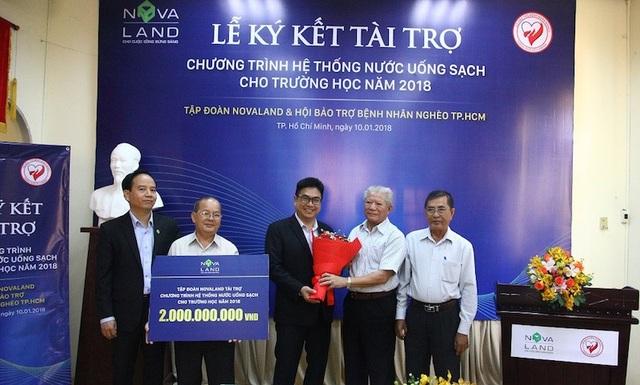 Đại điện Tập đoàn Novaland trao tặng số tiền 2 tỷ đồng Hội Bảo trợ bệnh nhân nghèo TP.HCM