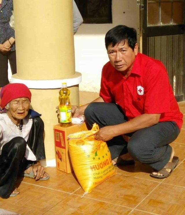 Ông Nguyễn Ngọc Giao còn tham gia công tác cứu trợ cho người nghèo (Ảnh NVCC)