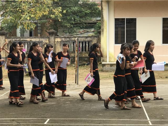 Trang phục truyền thống người Hrê làm cho không gian trường học trở nên sinh động hơn