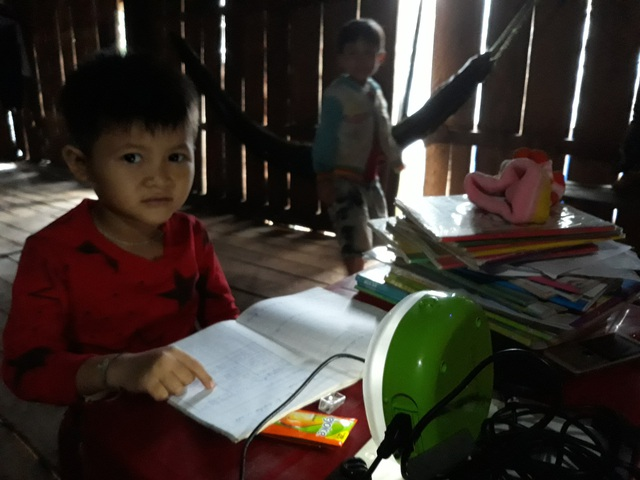 Học sinh thôn Gò Tranh phải học tập dưới ánh điện chập chờn vào mùa mưa và ánh đèn dầu tù mù vào mùa nắng