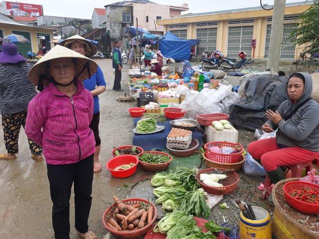 Tiểu thương phản ánh với phóng viên Dân trí những bất cập tại chợ Nghĩa Phương