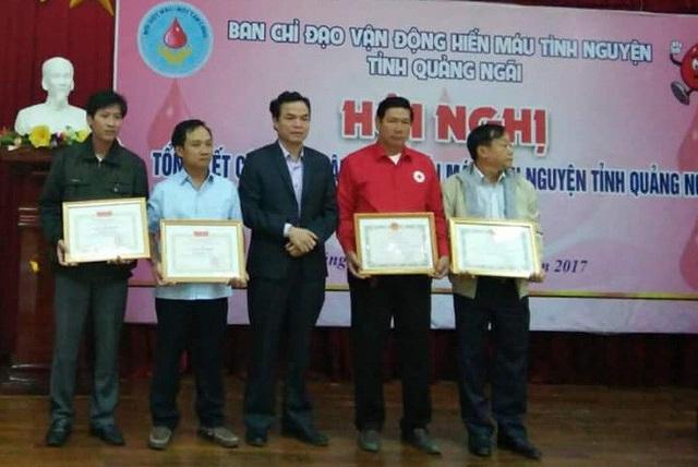 Với tấm lòng thiện nguyện, ông Giao và gia đình nhiều lần được tuyên dương, khen thưởng (Ảnh NVCC)