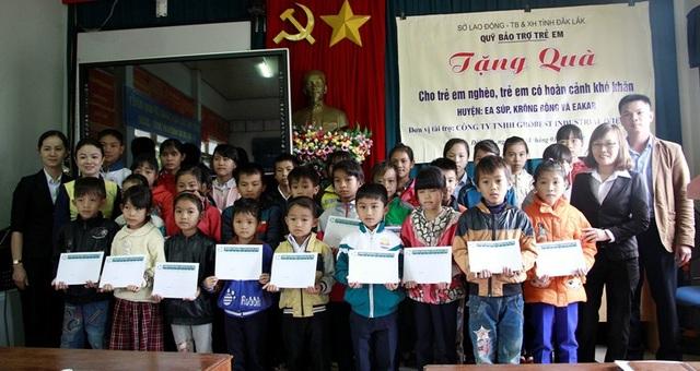 Các học sinh khó khăn tại huyện Ea Kar được nhận học bổng