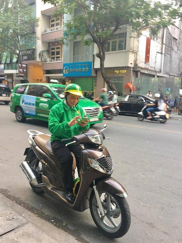 Ông Hồ Huy, Chủ tịch HĐQT Mai Linh trực tiếp đi đón khách dịch vụ xe ôm (ảnh: FB Huynh Nguyen)