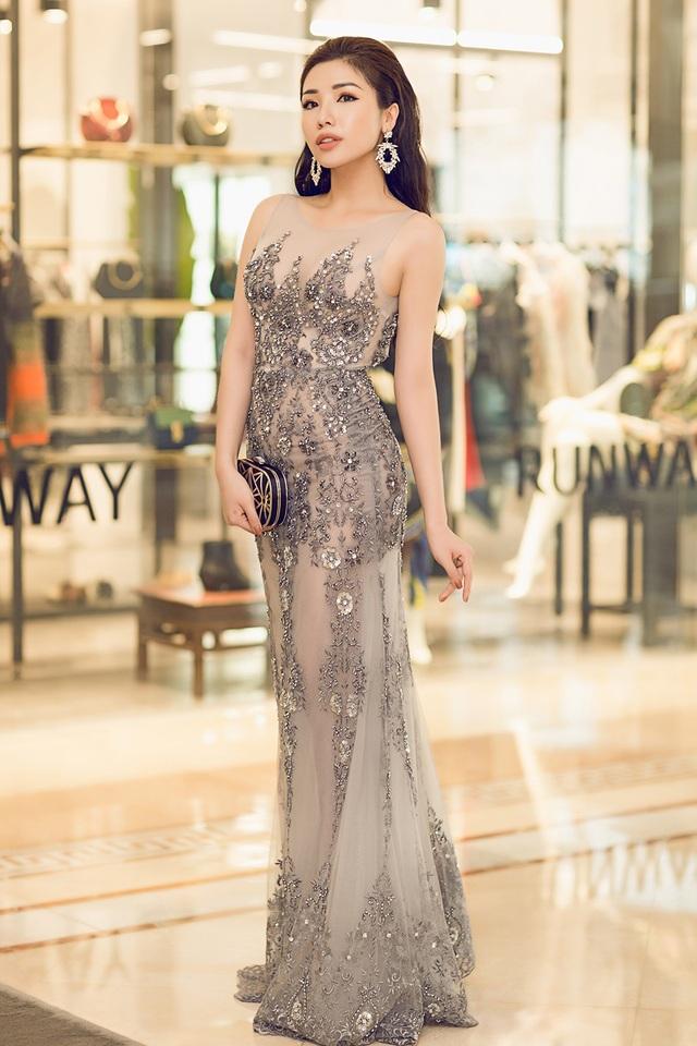 Khánh Phương chọn chiếc váy dài xuyên thấu vô cùng gợi cảm khi xuất hiện tại chương trình.