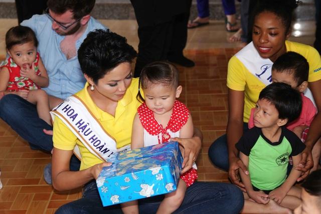 """Hoa hậu H'hen Niê chia sẻ: """"Tôi rất vui vì được đến thăm và chơi đùa cùng các bé. Sự hồn nhiên, vô tư ấy khiến tôi thấy ấm lòng hơn. Tôi thấy mình cần phải đi nhiều nơi hơn nữa để lan tỏa tình yêu thương đến tất cả mọi người. Đó là trách nhiệm mà tôi nhận thức được khi khoác lên người danh hiệu tân Hoa hậu Hoàn vũ Việt Nam""""."""