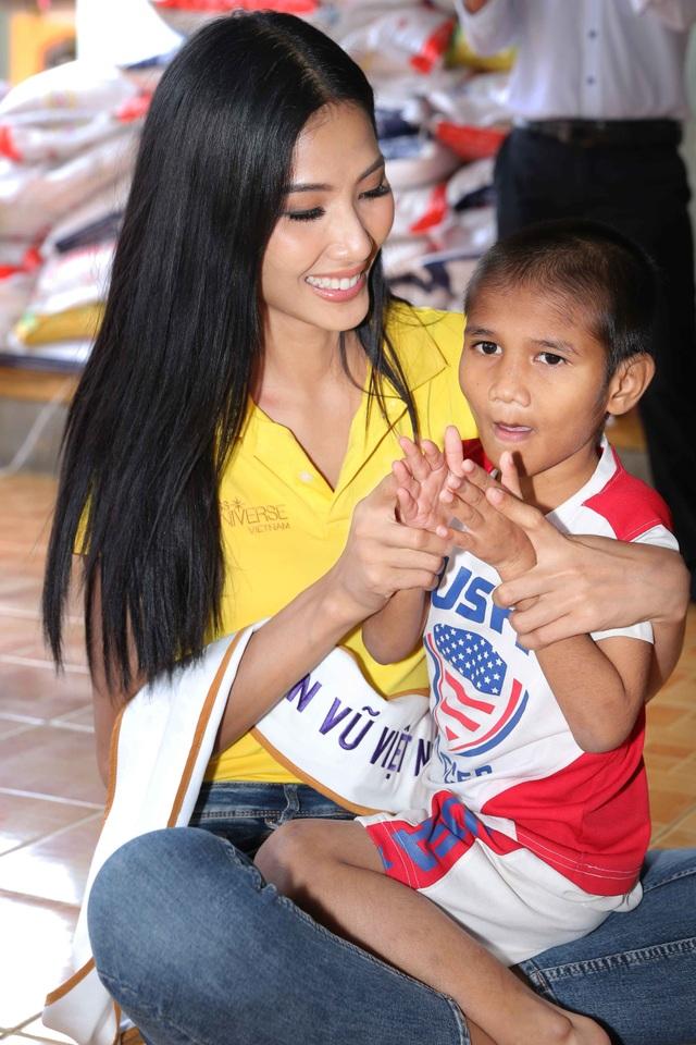 Hoàng Thùy cũng giản dị trong chương trình từ thiện với vai trò Á hậu 1 của Hoa hậu Hoàn vũ