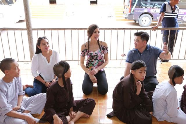 Xóa bỏ mọi rào cản về  ngôn ngữ, Hoa hậu Dayana thân thiện giao lưu cùng các bé, cô còn hào hứng hát và vỗ tay theo giai điệu bài hát thiếu nhi Việt Nam.