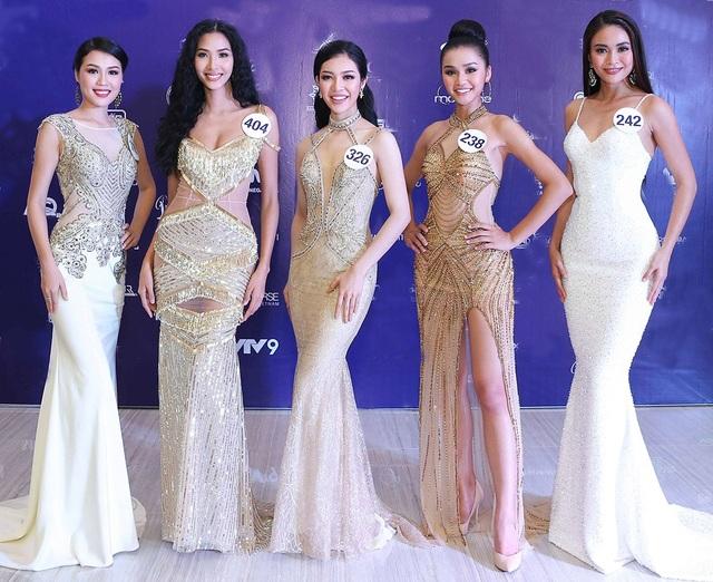 Dàn thí sinh lộng lẫy, xinh đẹp trong trang phục dạ hội được thiết kế khá cầu kì. Nổi trội nhất vẫn là hai ứng cử viên nặng kí cho ngôi vị cao nhất đó là Hoàng Thùy và Mâu Thủy.