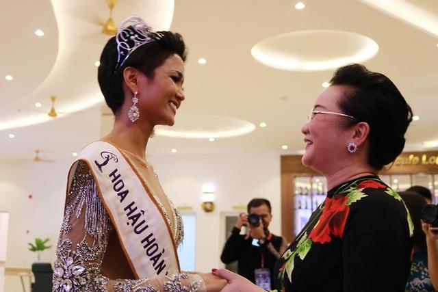 Sau đăng quang, HiHen Nie đã xúc động ôm lấy cô Xuân Trang - Trưởng ban giám khảo cũng là người đã giúp cô rèn luyện qua cuộc thi này. Cô ơi, con nói được là con làm được, con cảm ơn cô đã tin tưởng con, Tân hoa hậu xúc động chia sẻ cùng cô Xuân Trang.