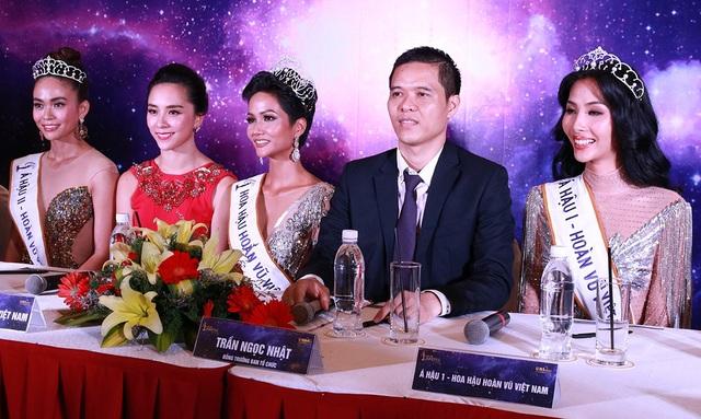 Tân Hoa hậu và hai Á hậu dự họp báo ngắn gọn cùng trưởng ban giám khảo và trưởng ban tổ chức.