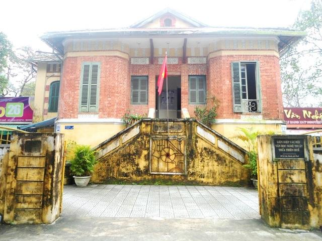 Hiện các văn nghệ sĩ Huế đang có ý kiến nên giữ lại ngôi biệt thự Pháp cổ hơn 100 năm tuổi nói trên