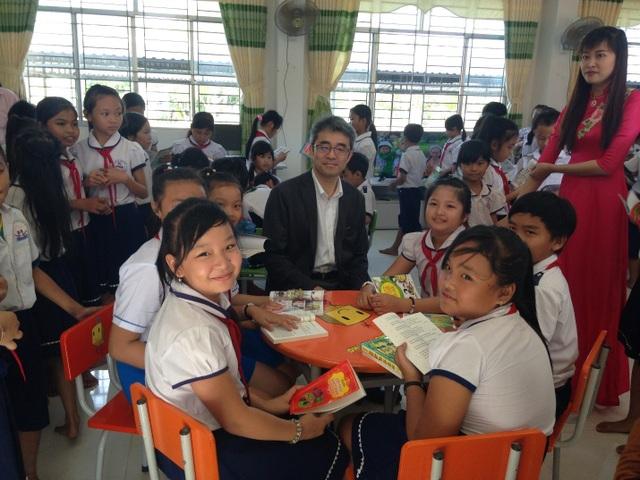Ông Kiwamu Kayano - Phó Tổng giám đốc công ty Honda Việt Nam chia sẻ niềm vui có thư viện mới cùng các em học sinh.