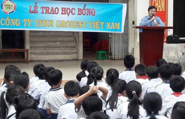 Ông Nguyễn Tiến Việt – Trưởng khu vực Kiên Giang, đại diện công ty Grobest Việt Nam phát biểu tại buổi lễ trao 25 suất học bổng cho các em học sinh trường tiểu học Giục Tượng