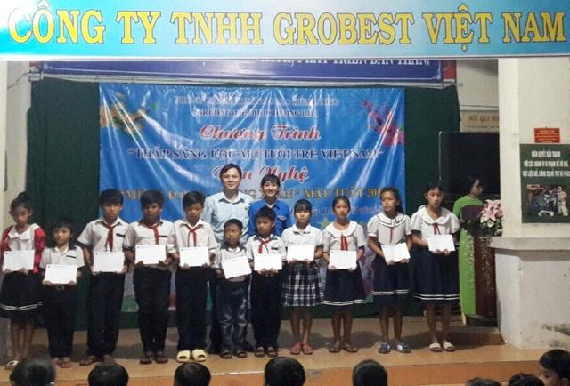 Trước đó, ngày 12/01, đại diện Công ty Grobest Việt Nam đến trao 25 suất học bổng cho các em học sinh trường tiểu học Dương Hòa