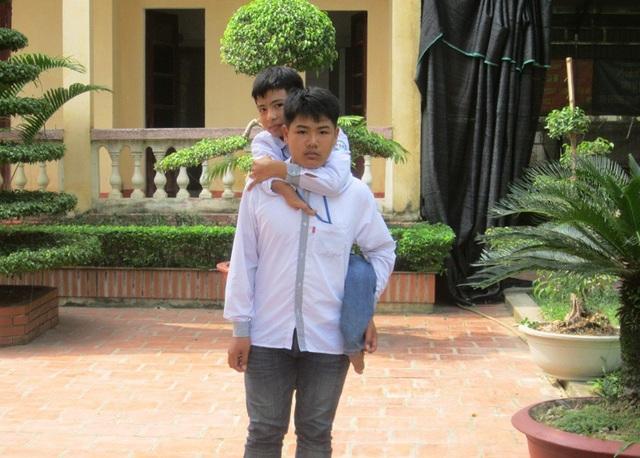 8 năm qua, Hiếu đều đặn cõng Minh đến trường