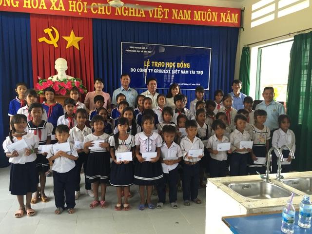 Đại diện Grobest VN trao học bổng cho các em học sinh ở huyện Bác Ái- Ninh Thuận