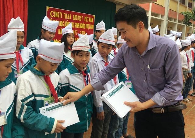 Ông Đặng Văn Thành - Giám đốc khu vực Miền Bắc và Miền Trung, Công ty Grobest Việt Nam trao học bổng cho các em học sinh Trường THCS xã Hoằng Phụ, huyện Hoằng Hóa