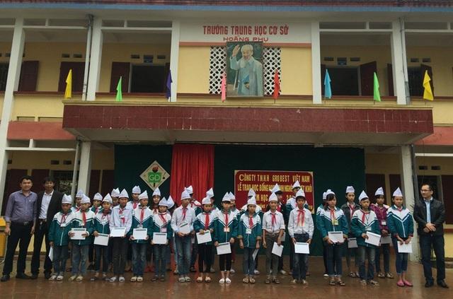 Đại diện công ty Grobest Việt Nam trao 30 suất học bổng cho học sinh Trường THCS xã Hoằng Phụ, huyện Hoằng Hóa