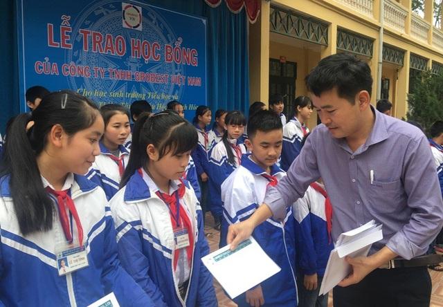 Ông Đặng Văn Thành - Giám đốc khu vực Miền Bắc và Miền Trung, Công ty Grobest Việt Nam trao học bổng cho học sinh trường THCS xã Thiệu Tâm, huyện Thiệu Hóa