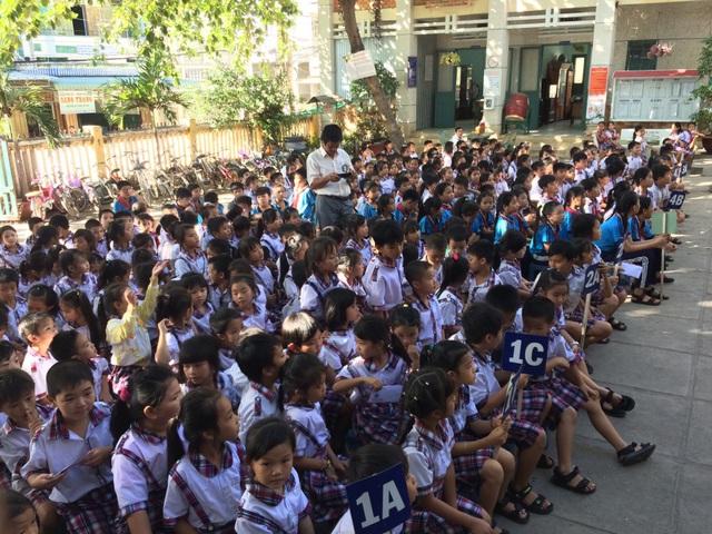 Các em học sinh trường TH Hòa Phú 1 và Hòa Phú 2 vui mừng đón nhận học bổng