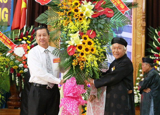 Đại diện lãnh đạo tỉnh An Giang đến chúc mừng Ban trị sự Phật giáo Hòa Hảo nhân dịp mừng Đại lễ kỷ niệm 98 năm ngày Đản sinh Đức Huỳnh Giáo chủ Phật giáo Hòa Hảo