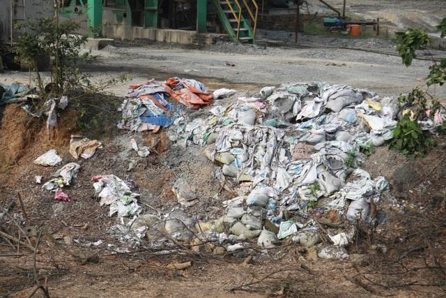 Bao bì đựng nhựa và nhựa chết được vứt khắp nơi.