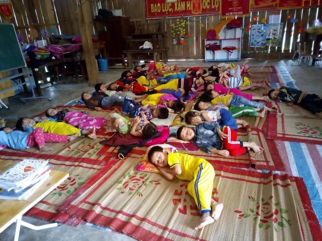 Giấc ngủ trưa của các bé tại hội trường thôn (ảnh T.Tâm)