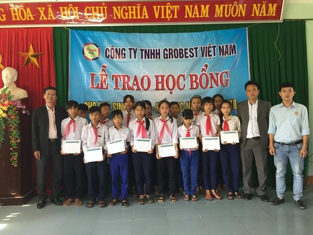 Học sinh Trường THCSTriệu Lăng, huyện Triệu Phong nhận học bổng Grobest