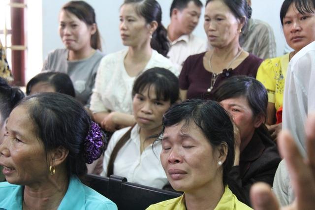 Nhiều người dân bật khóc trong lúc tòa nghị án
