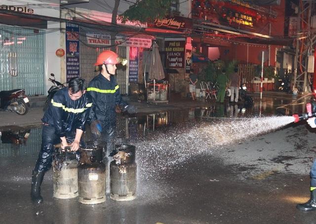 Các bình gas cháy sém được tìm thấy ở khu vực bếp sau vụ cháy