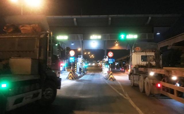 Nhiều tài xế xe tải, container... dừng trước trạm thu phí XLHN để chờ thời khắc 0h ngày 1/1/2018 không phải tốn phí khi qua trạm.