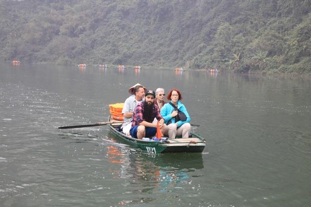 Đại sứ du lịch Việt Nam đưa người thân trong gia đình thưởng ngoạn cảnh đẹp Tràng An.