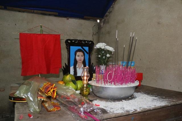 Di ảnh em Nguyễn Thị Tuyết trên bàn thờ được người thân lập tại quê nhà khi hay tin em tử nạn.