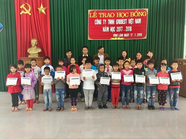 Trao học bổng cho học sinh nghèo vượt khó tại Trường Tiểu học số 1 Vĩnh Lâm, huyện Vĩnh Linh