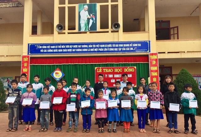 Công ty Grobest Việt Nam trao học bổng cho học sinh Trường THCS Đinh Tiên Hoàng và Trường Tiểu học Vĩnh Thành, huyện Vĩnh Linh