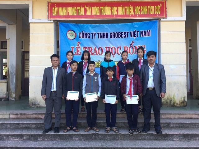 Các em học sinh Trường THCS Hải An, huyện Hải Lăng nhận học bổng Grobest