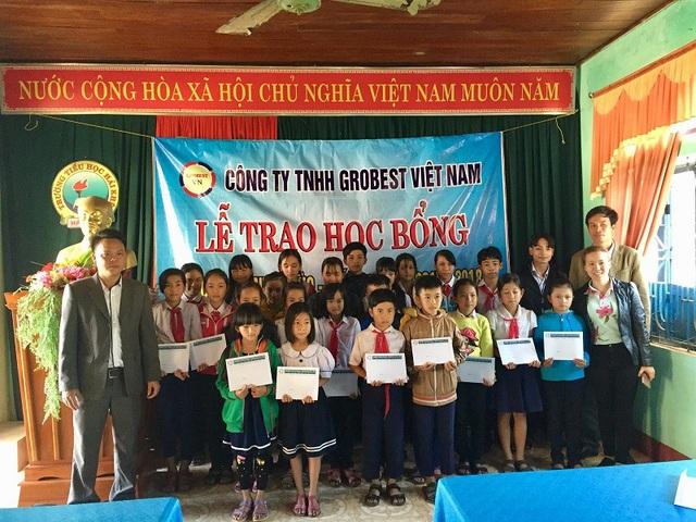 Đại diện Công ty Grobest trao học bổng ho học sinh Trường Tiểu học Hải Khê và Trường THCS Hải Khê, huyện Hải Lăng