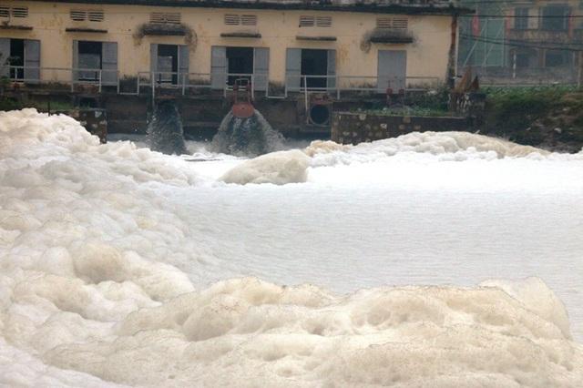 Từng đợt nước đen ngòm, bốc mùi hôi thối kèm theo những tảng bọt dày trắng xóa từ trạm bơm xóm Chợ Lương, xã Yên Bắc, ùn ùn đổ ra kênh A48.