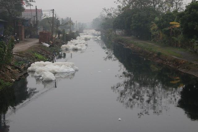 Kinh hãi dòng kênh nổi bọt trắng xóa như băng tuyết - 8