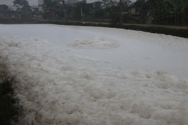 Kinh hãi dòng kênh nổi bọt trắng xóa như băng tuyết - 9