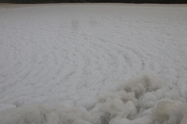 Kinh hãi dòng kênh nổi bọt trắng xóa như băng tuyết - 10