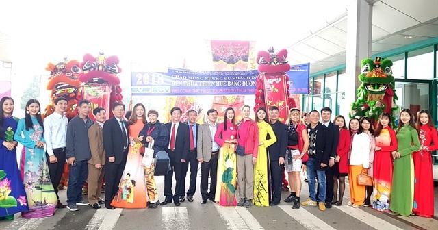 Du khách cùng lãnh đạo các Sở ban ngành tại Thừa Thiên Huế chụp ảnh lưu niệm đầu năm mới 2018