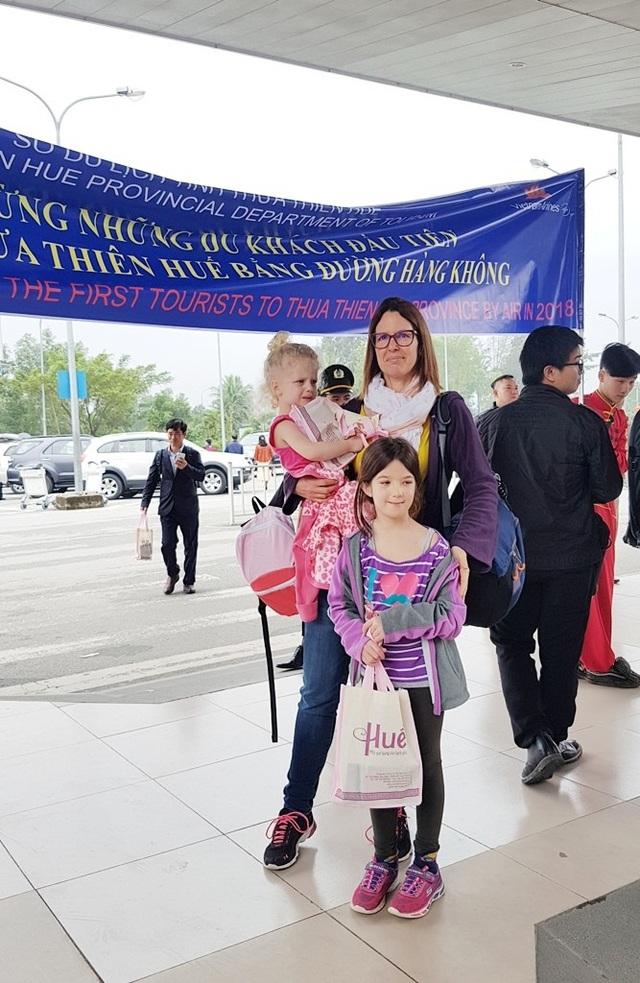 3 mẹ con du khách nước ngoài vui vẻ trong ngày đầu năm 2018