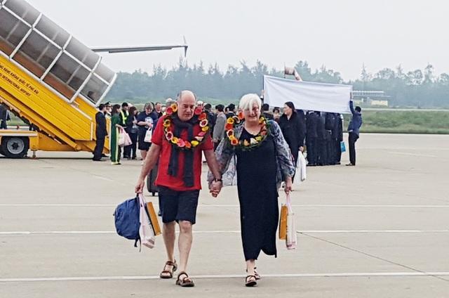 Những du khách đầu tiên xuống máy bay chuyến đầu tiên thuộc hãng Vietnam Airlines tới Huế năm 2018