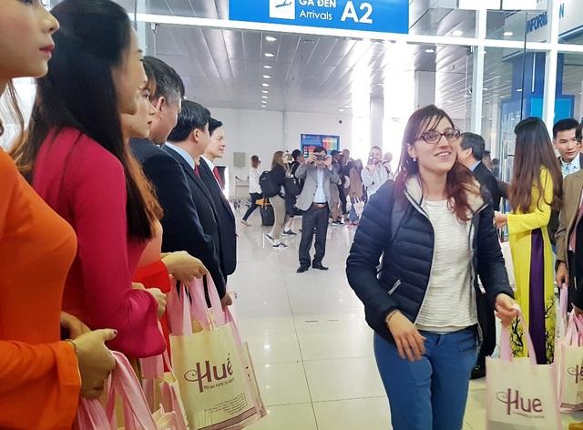 Niềm vui du khách nước ngoài được nhận quà đầu năm