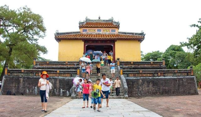 Tại lăng vua Minh Mạng đã có rất nhiều du khách đến tham quan vào sáng đầu năm mới 2018