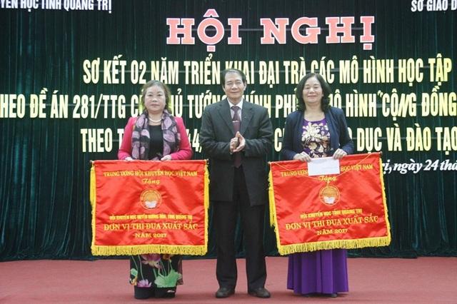 Hội Khuyến học tỉnh Quảng Trị và Hội Khuyến học huyện Hướng Hóa nhận cờ thi đua xuất sắc của Trung ương Hội Khuyến học Việt Nam